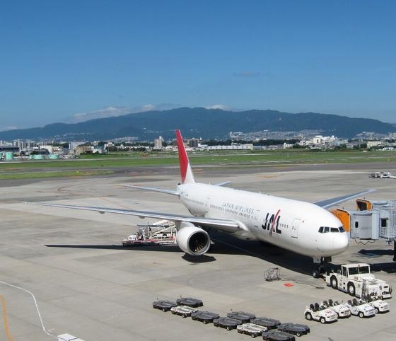 伊丹空港と六甲の山並み.jpg